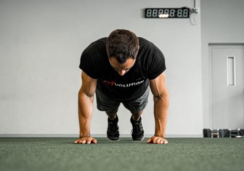 Jahn von Fitvolution Liegestützen Bodyweight-Training Muskelaufbau mit dem eigenen Körpergewicht durch Intensitätstechniken